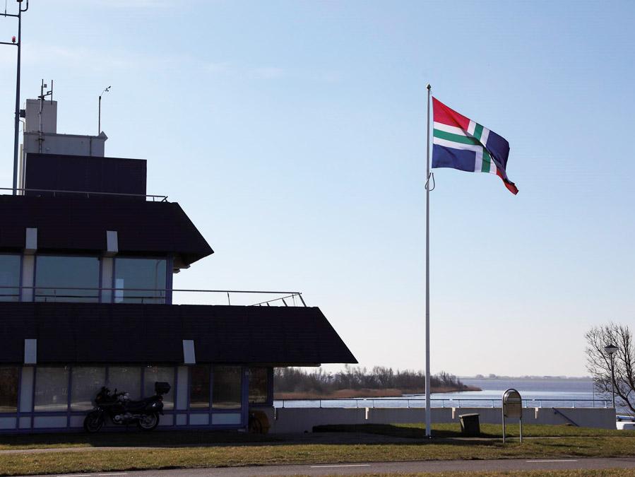 De provincievlag wordt doorgaans als één vierde van de mast geleverd