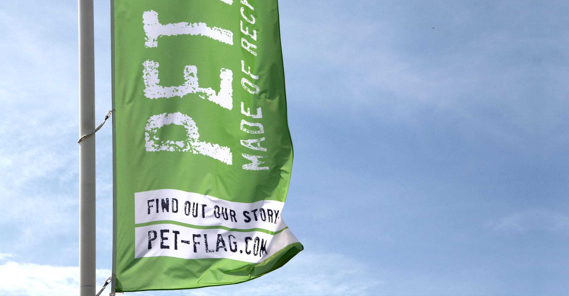 Een vlag van gerecyclede petflessen